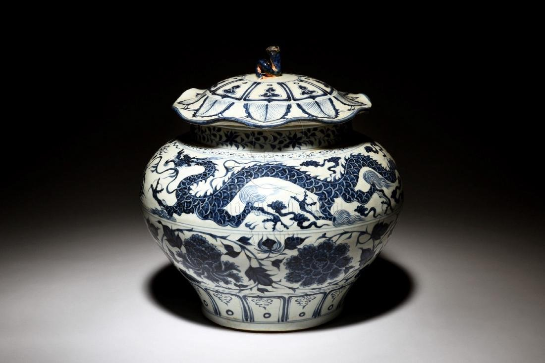 BLUE AND WHITE 'DRAGON' JAR WITH COVER