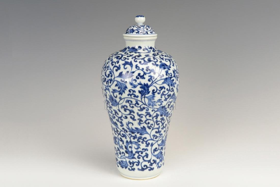 BLUE AND WHITE 'FLOWERS' BOTTLE VASE WITH COVER
