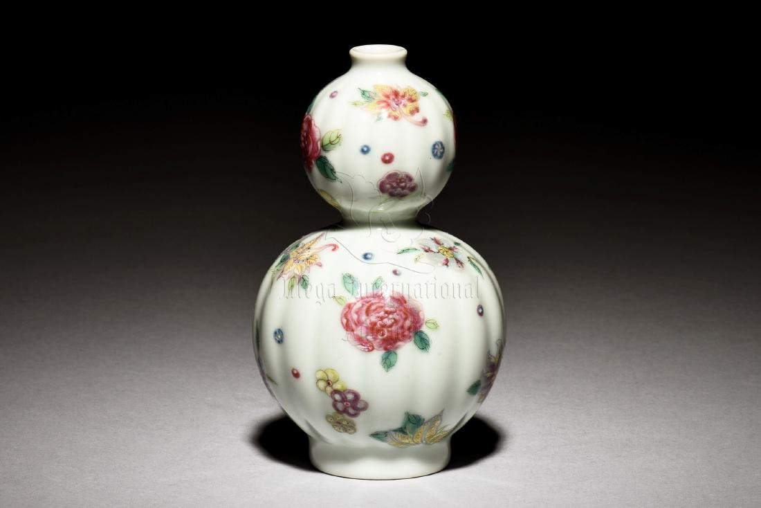 FAMILLE ROSE DOUBLE GOURD SHAPED 'FLOWERS' VASE