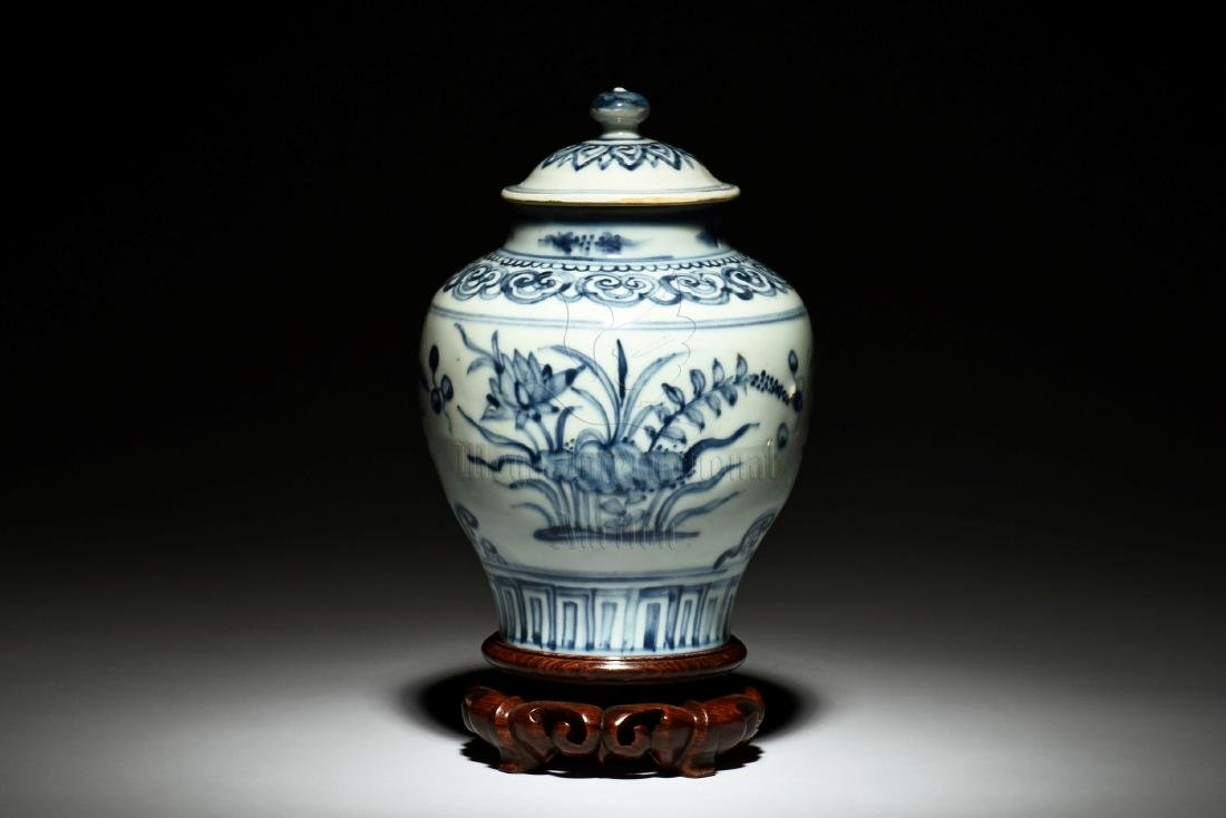 A BLUE AND WHITE 'FLOWERS' JAR WITH COVER