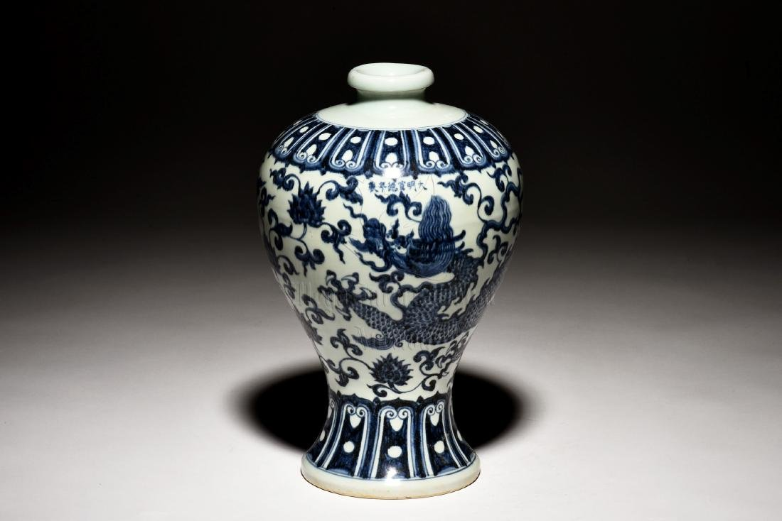 BLUE AND WHITE 'DRAGON' VASE, MEIPING