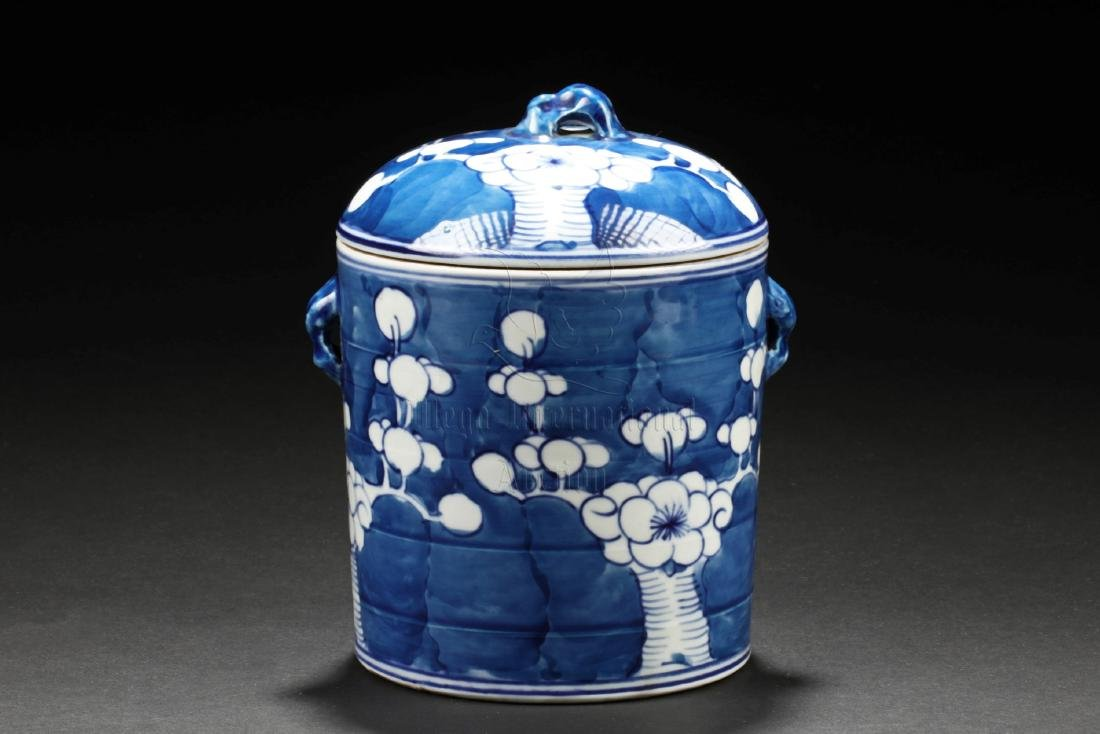 A RARE KANGXI BLUE-&-WHITE COVERED JAR DEPICTING A FULL