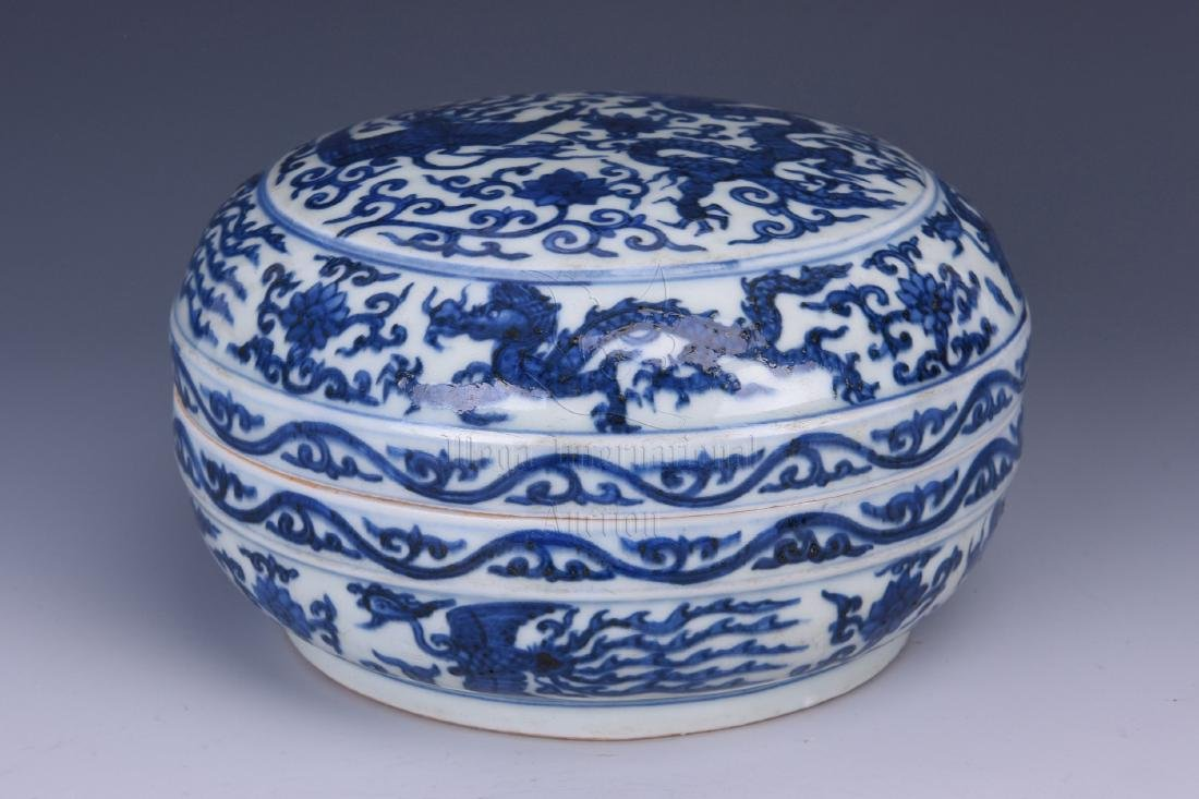 BLUE AND WHITE 'DRAGON AND PHOENIX' COVERED JAR