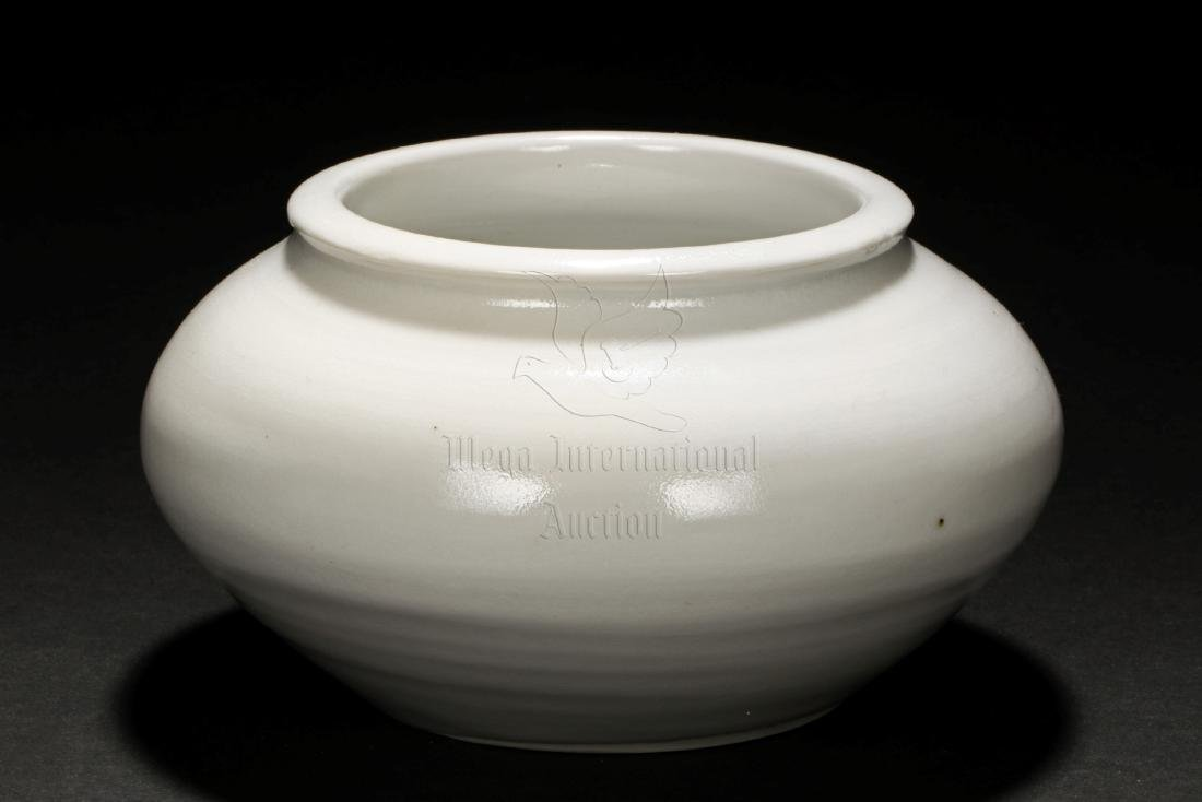 A FINE WHITE PORCELAIN JAR
