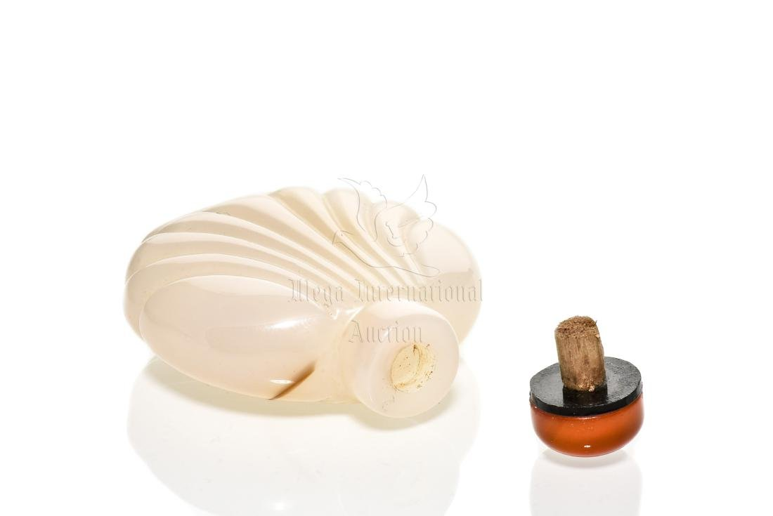 AGATE CARVED SNUFF BOTTLE - 8