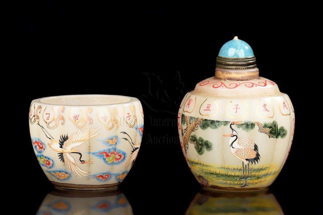 SET OF PAINTED GLASS 'CRANES' SNUFF BOTTLE AND COVER