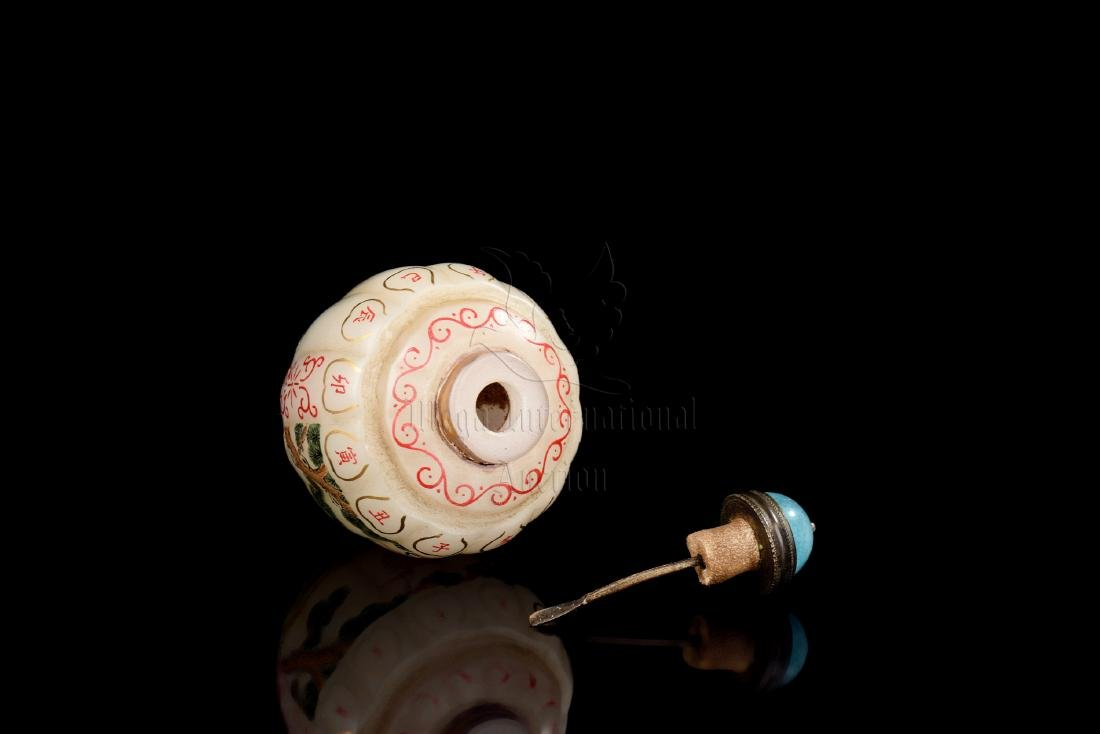 SET OF PAINTED GLASS 'CRANES' SNUFF BOTTLE AND COVER - 4