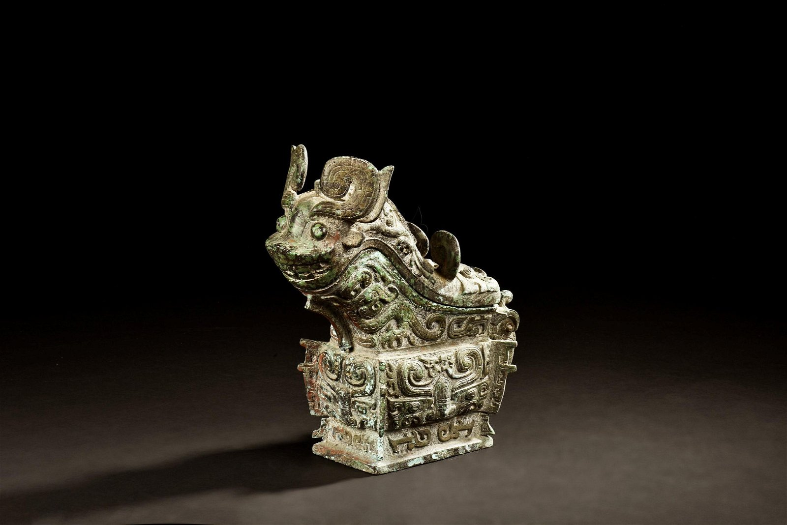 ARCHAIC BRONZE CAST 'MYTHICAL BEAST' RITUAL VESSEL WITH