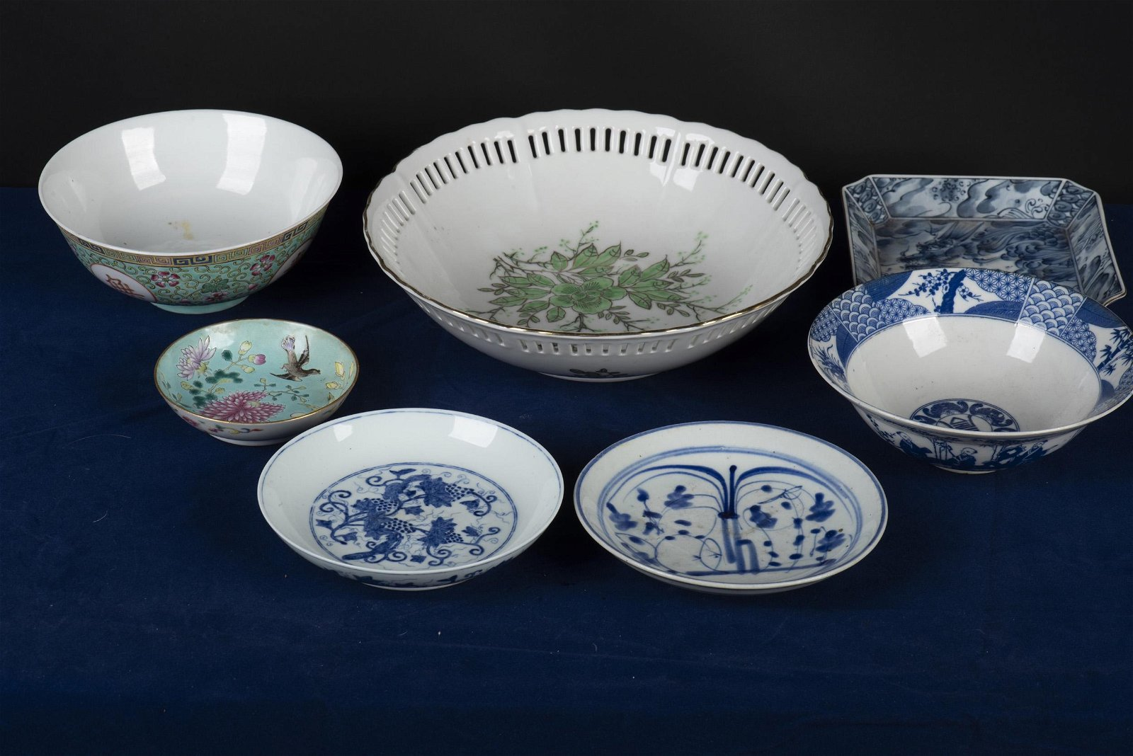 GROUP OF SEVEN VARIOUS STYLE PORCELAIN DISHES AND BOWLS