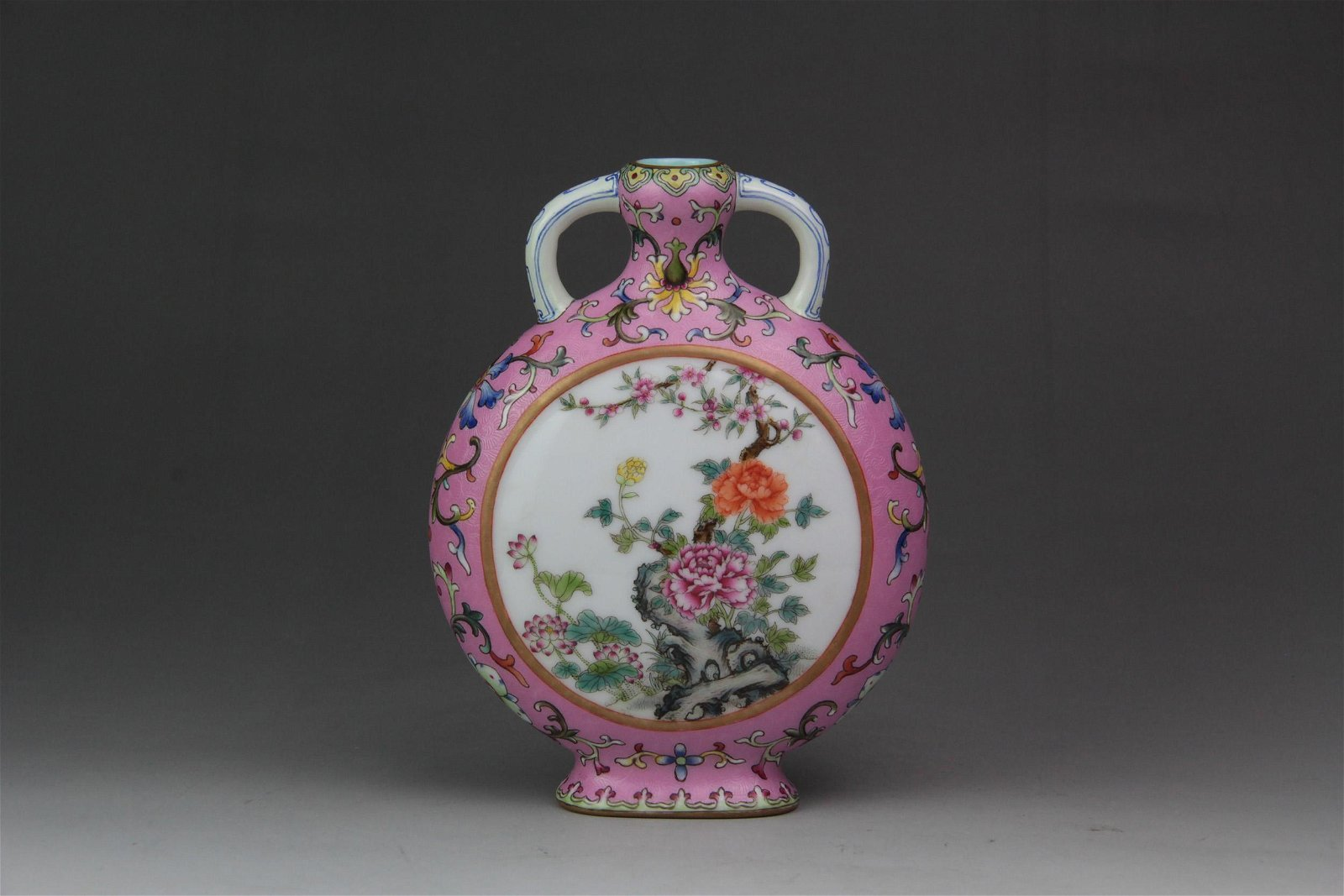 A CHINESE FAMILLE ROSE PORCELAIN VASE WITH DOUBLE EARS