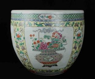 A CHINESE FAMILLE ROSE PORCELAIN JAR, QING DYNASTY