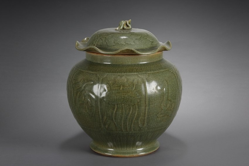 A LONGQUAN CELADON JAR WITH COVER