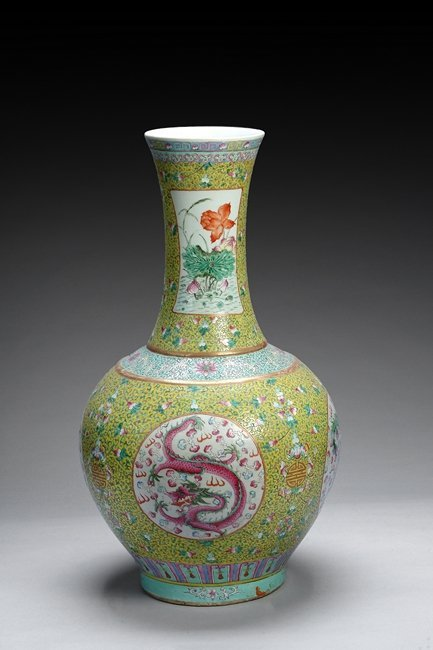 A LARGE EXPORT FAMILLE ROSE 'DRAGONS' VASE