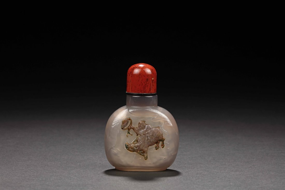 AGATE CARVED 'WATER BUFFALO' SNUFF BOTTLE
