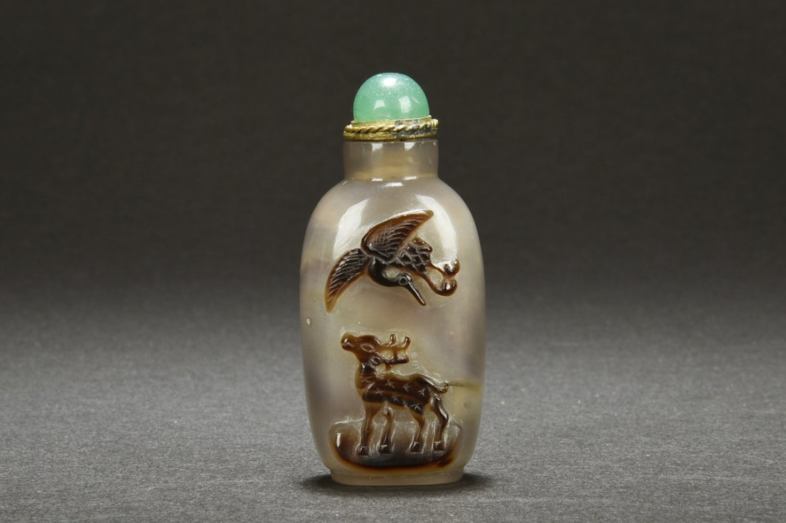CLEVERLY CARVED AGATE SNUFF BOTTLE