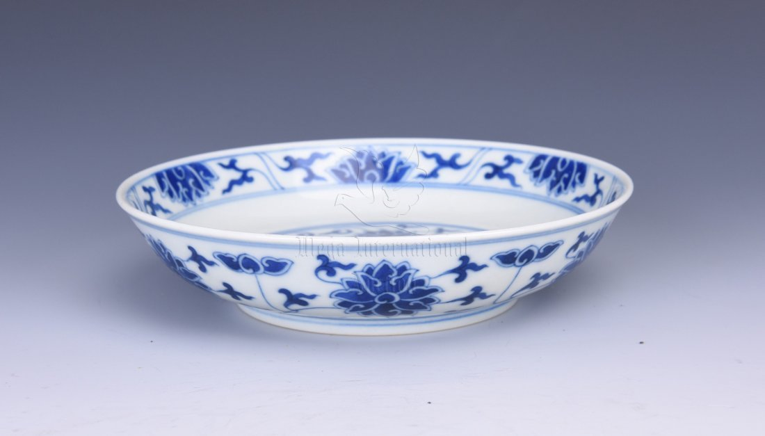 BLUE AND WHITE 'LOTUS' DISH
