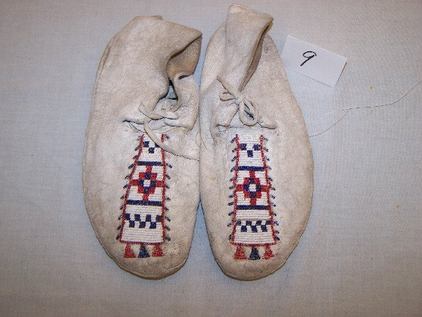 "9: 10"" Beaded Men's Moccasins"