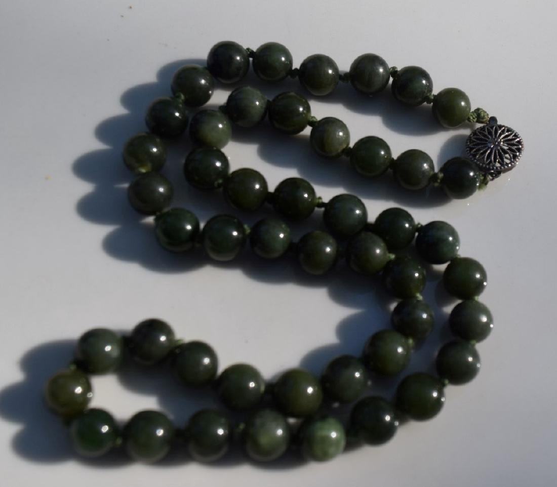 A NEPHRITE GREEN JADE BEAD NECKLACE