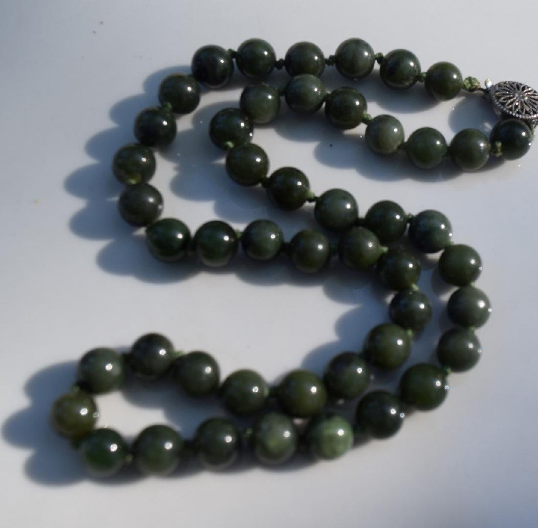 A NEPHRITE GREEN JADE BEAD NECKLACE - 2