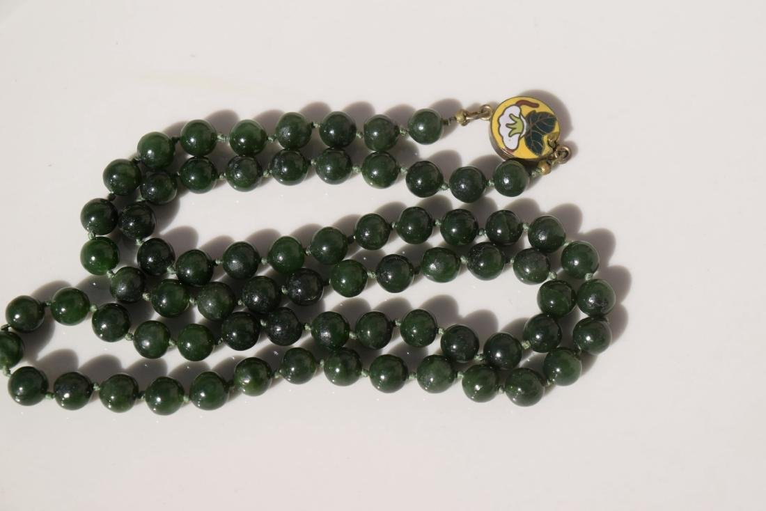 A NEPHRITE GREEN JADE NECKLACE - 2