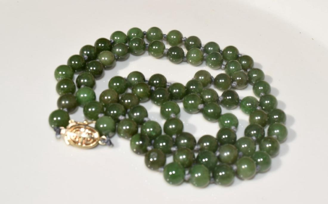 A NEPHRITE GREEN BEAD NECKLACE - 2