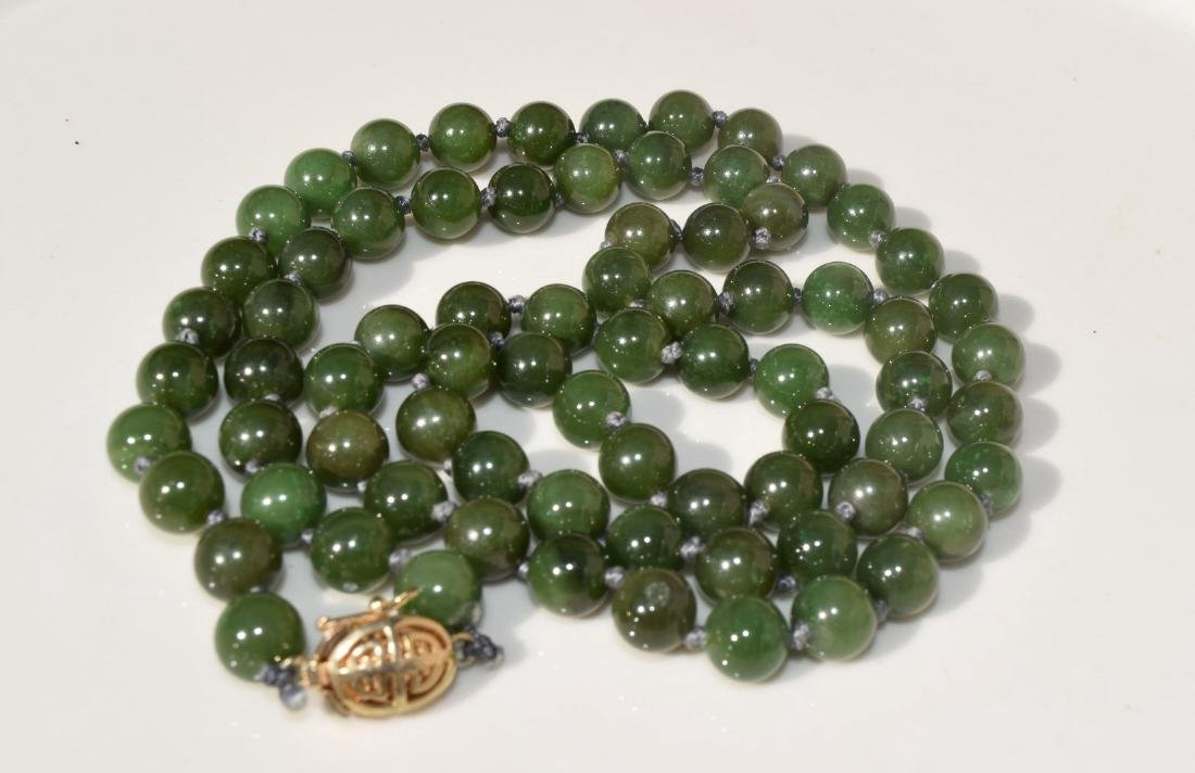 A NEPHRITE GREEN BEAD NECKLACE - 3