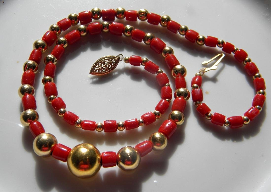 A 14K YELLOW GOLD BEAD AND AKA RED CORAL NECKLACE