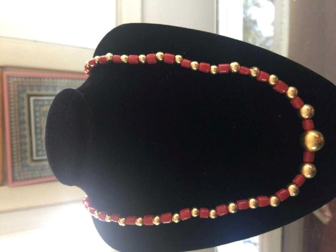 A 14K YELLOW GOLD BEAD AND AKA RED CORAL NECKLACE,