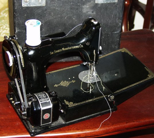 513: Singer Feather Weight Sewing Machine