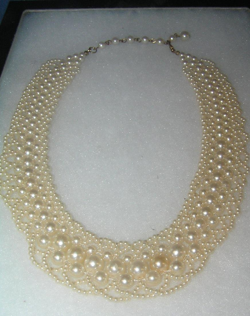 Costume jewelery pearl necklace