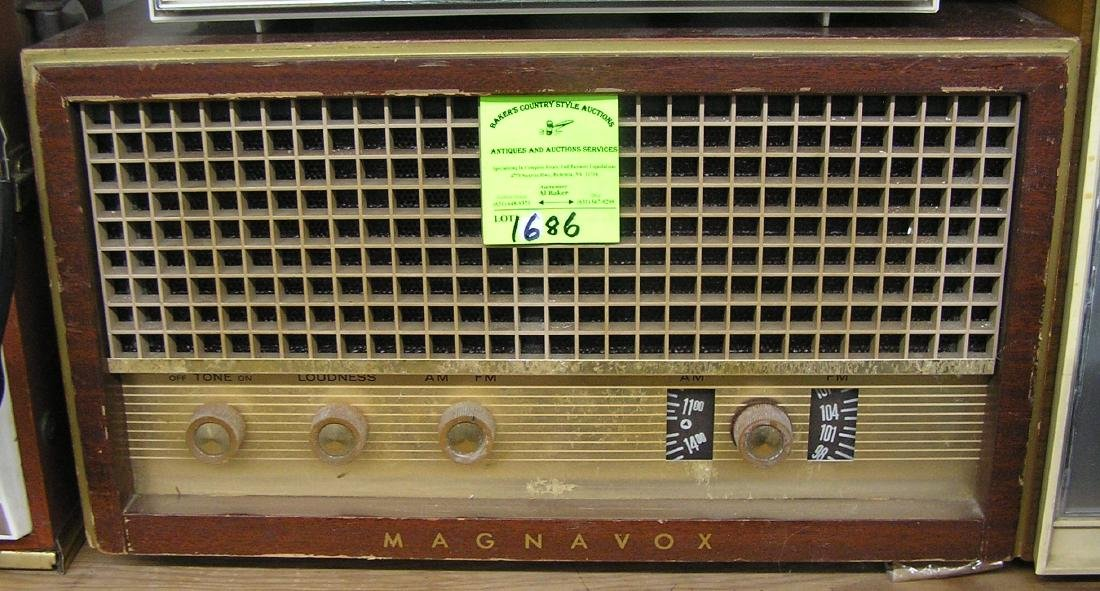 Vintage Magnavox table top radio