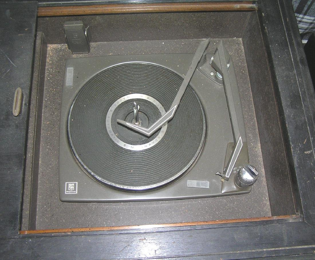 Vintage Magnavox stereo and phonograph - 3