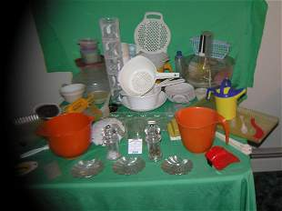 Large group of vintage plastic ware and accessories