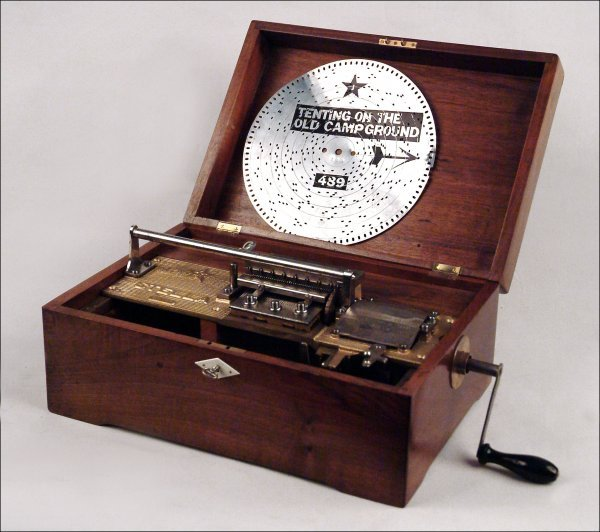 104: STELLA 9-INCH DISC MUSICAL BOX.