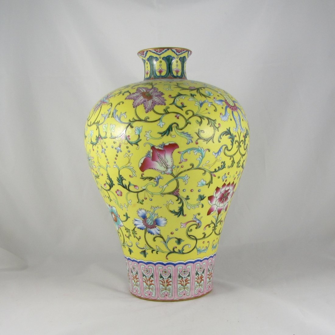 Chinese Qing Dynasty Famille Rose Vase