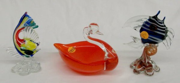 1015: 3 Murano Glass Items: 2 Fish, 1 Swan