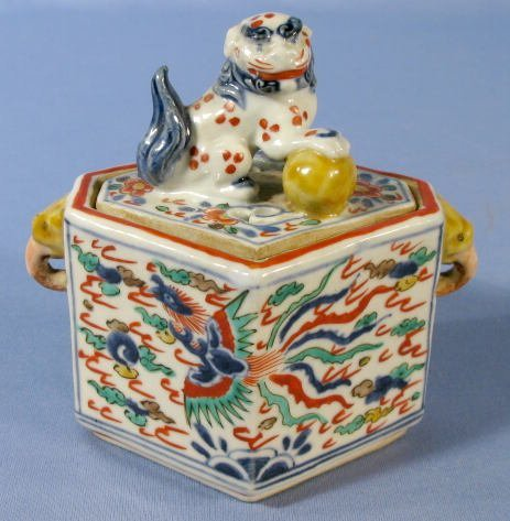 608: Chinese Wan Li Porcelain Box w/Foo Finial
