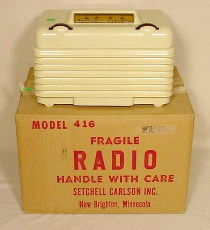 514: Setchel Carlson 416 White Plastic Table Radio NR