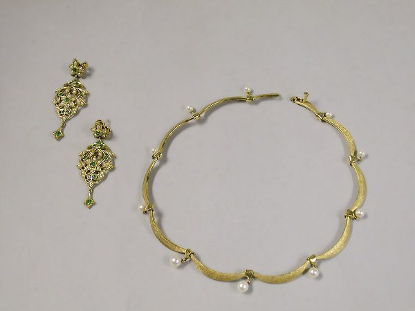 4010C: Yellow Gold Necklace and Pair of Earrings