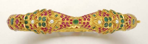 1013: Indian Gold, Gem-Set and Split Pearl Bangle