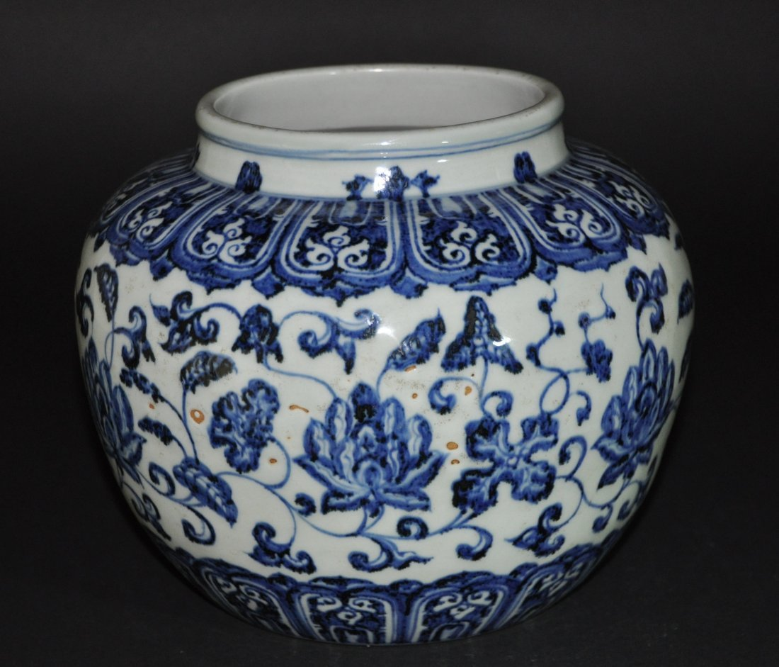 A Ming Xuande blue and white porcelain Jar - 4