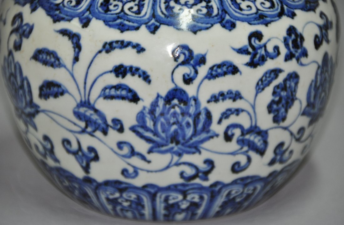 A Ming Xuande blue and white porcelain Jar - 5