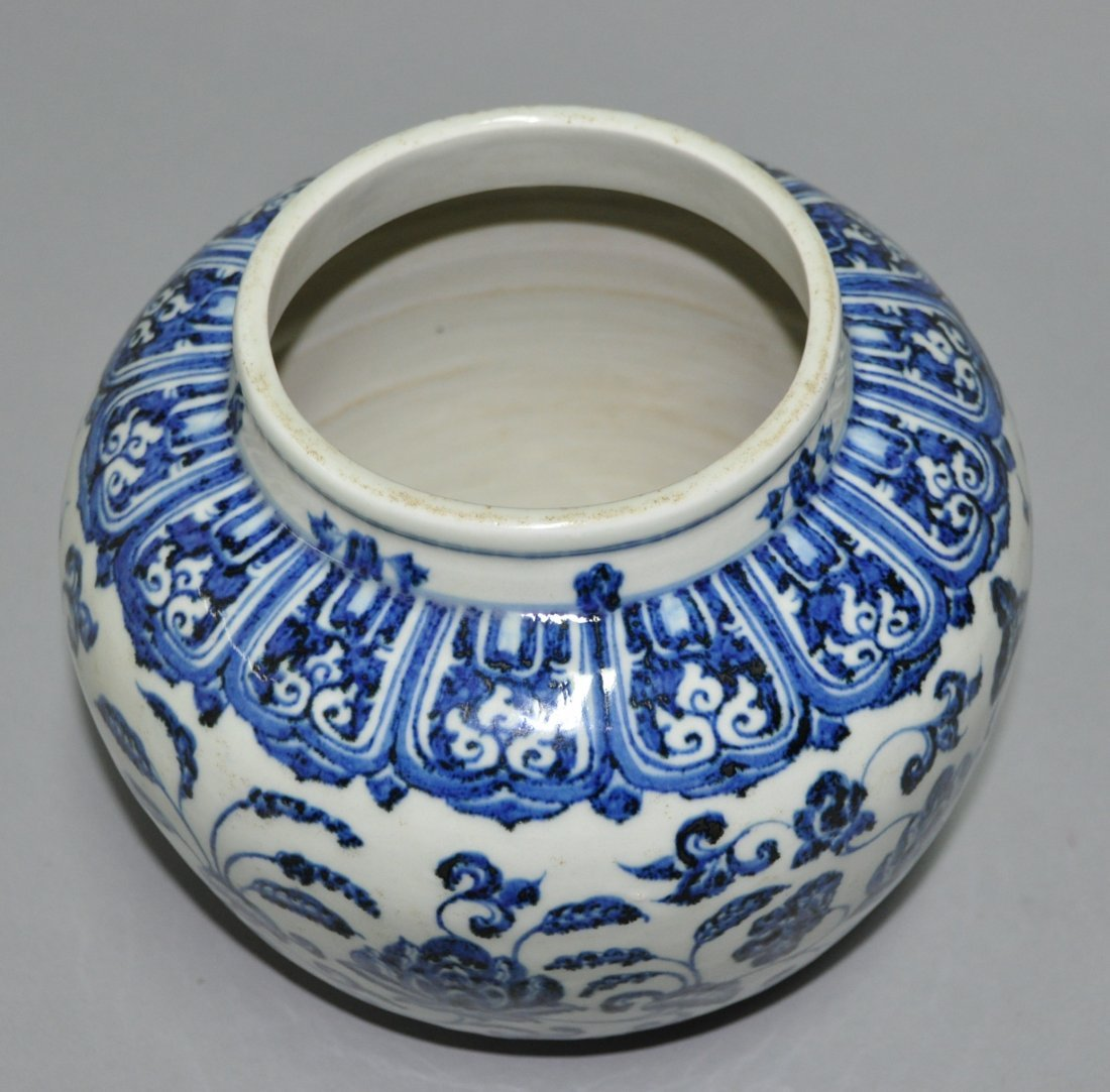A Ming Xuande blue and white porcelain Jar - 6