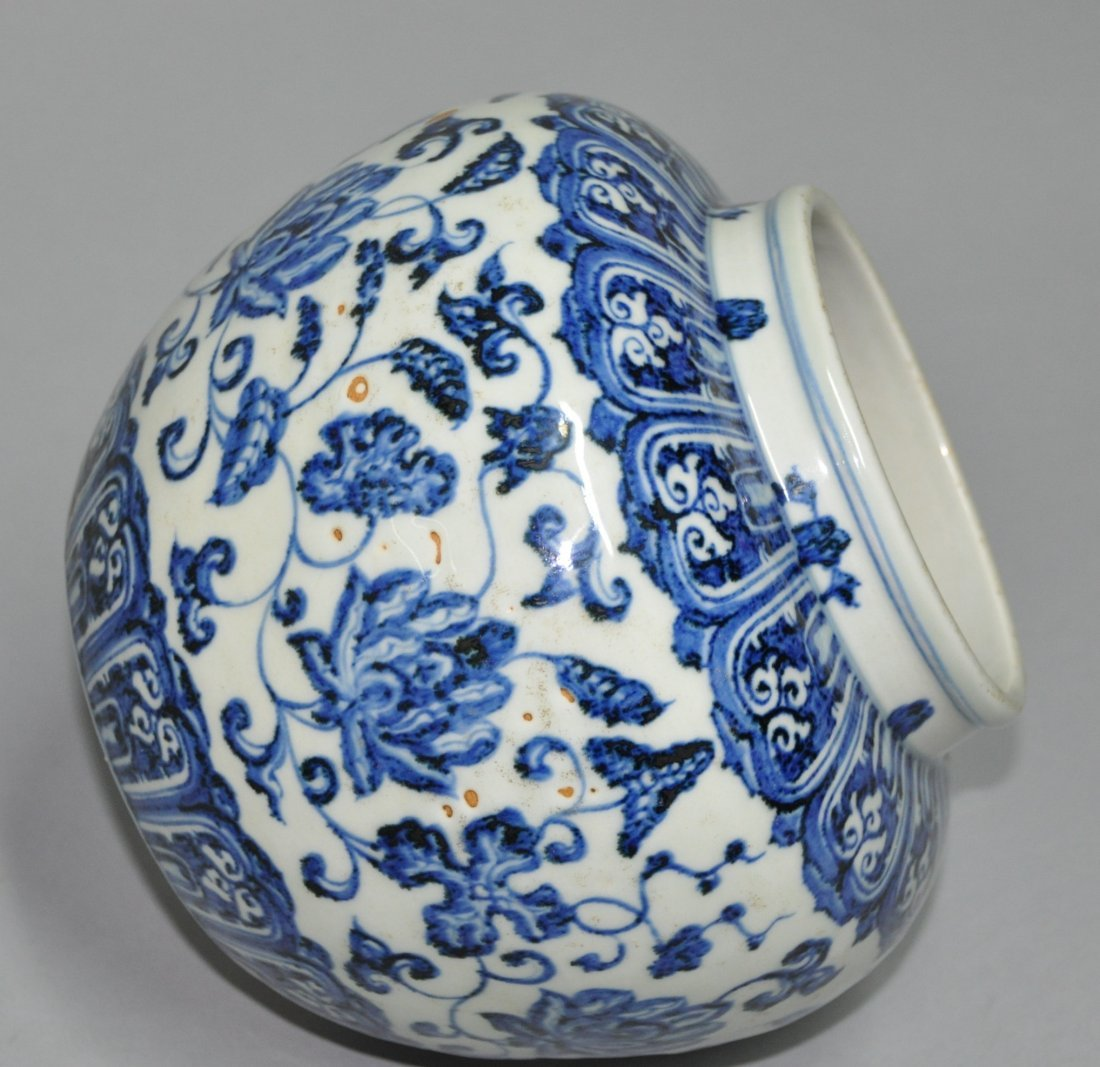 A Ming Xuande blue and white porcelain Jar - 7