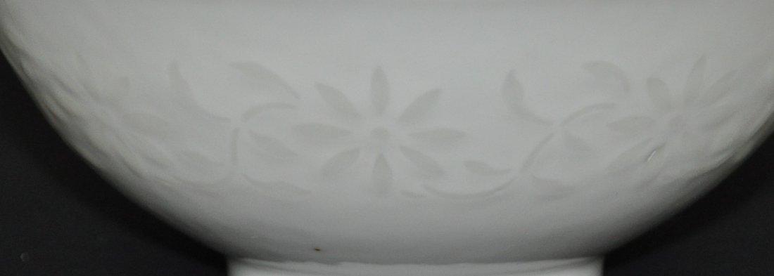 A Qianlong period white-glazed bowl - 3