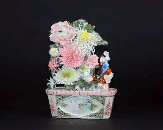 A late Qing dynasty pot of porcelain chrysanthemums