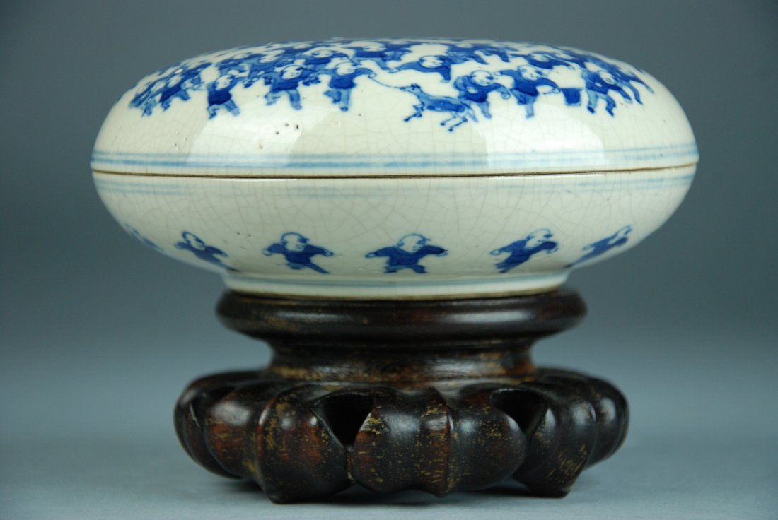 A Qing Kangxi blue and white box and cover