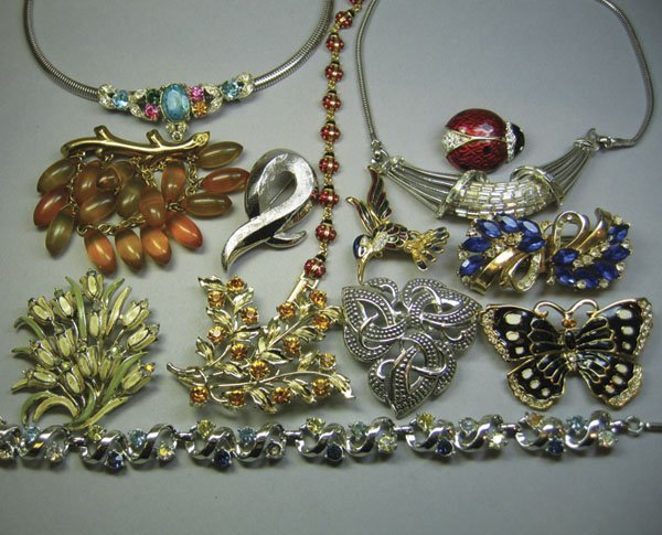 24: Small Quantity Of Costume Jewellery
