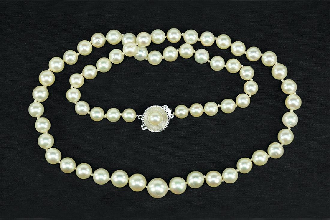 A Graduated Cultured Pearl Necklace.