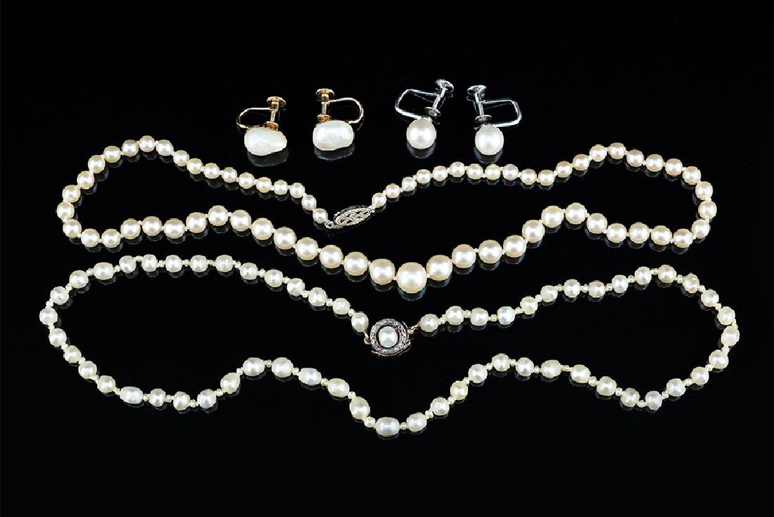 A Freshwater Pearl Necklace.